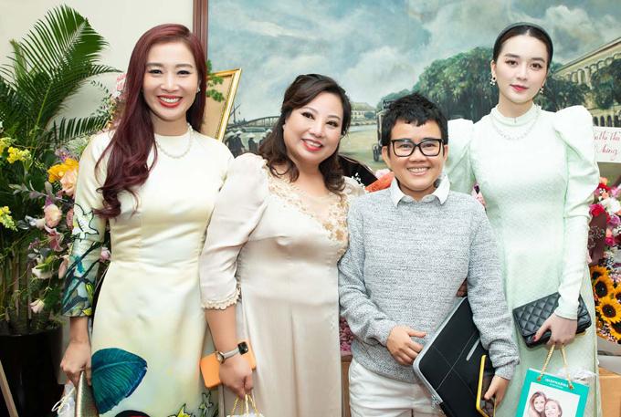 Á hậu Quý bà Thế giới Thu Hương (ngoài cùng bên trái) hội ngộ nhạc sĩ Phương Uyên (tóc ngắn) và sĩ Thiều Bảo Trang (ngoài cùng bên phải). Các nghệ sĩ được mẹ Sunny Đan Ngọc tiếp đón nhiệt tình.