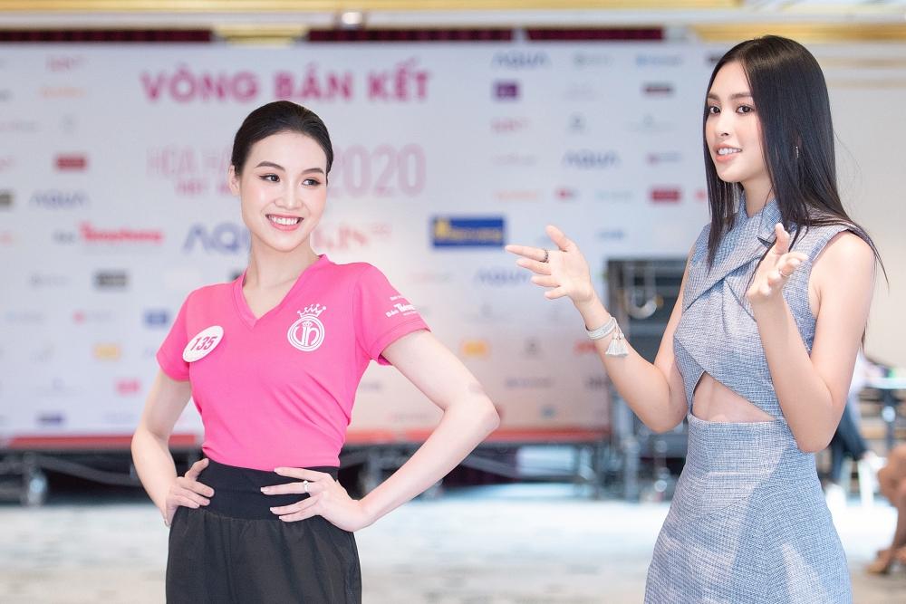 Với những cô gái chưa có kinh nghiệm trình diễn sân khấu, Tiều Vy tập luyện riêng và chia sẻ kinh nghiệm giúp họ tự tin hơn.