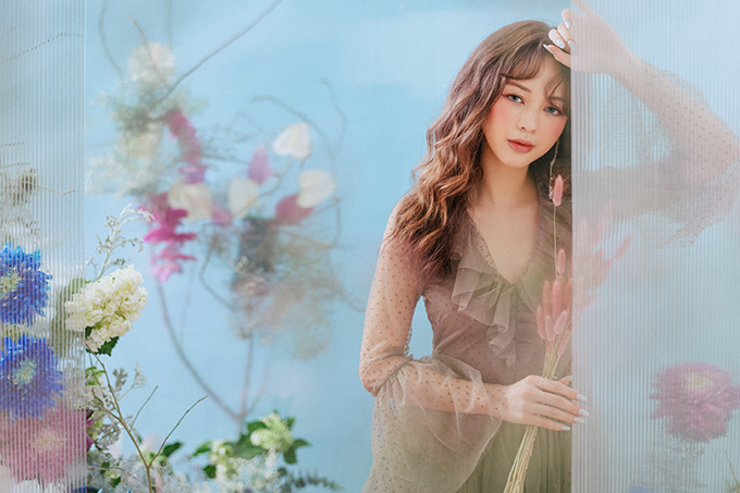 Trong bộ ảnh mới thực hiện, Liz Kim Cương diện váy ren bay bổng tạo dáng giữa vườn hoa. Những thiết kế bèo nhún, xếp nếp điệu đà tôn lên vẻ đẹp nữ tính của nữ ca sĩ.