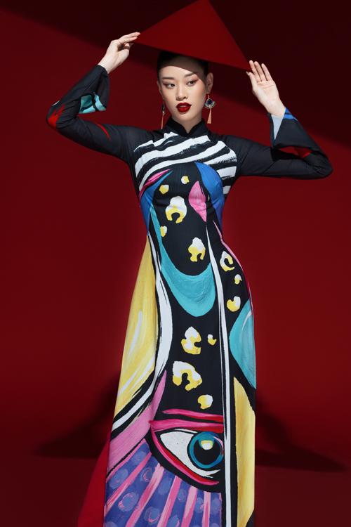 Liên Hương là một trong những nhà thiết kế áo dài nổi danh hàng đầu Việt Nam. Ngoài việc tôn vinh giá trị văn hóa dân tộc, nhà mốt còn khéo léo thể hiện sự hội nhập thế giới, đưa áo dài vào cuộc sống hiện đại một cách hài hòa.