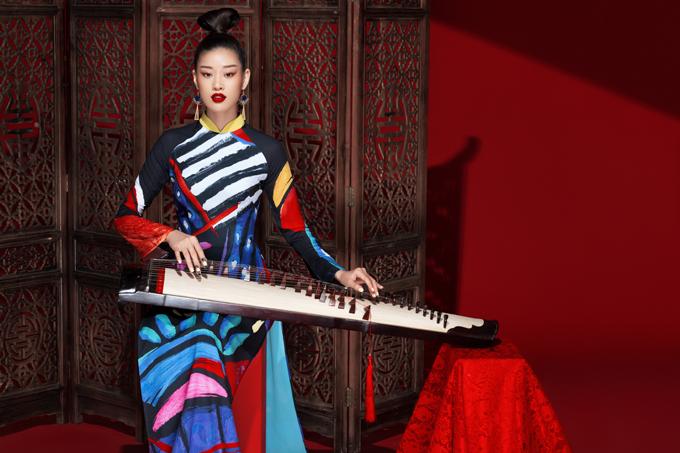Để giới thiệu bộ sưu tập Sắc màu hạnh phúc với khách hàng yêu trang phục truyền thống, nhà thiết kế Liên Hương đã mời hoa hậu Khánh Vân tham gia chụp bộ ảnh mới.