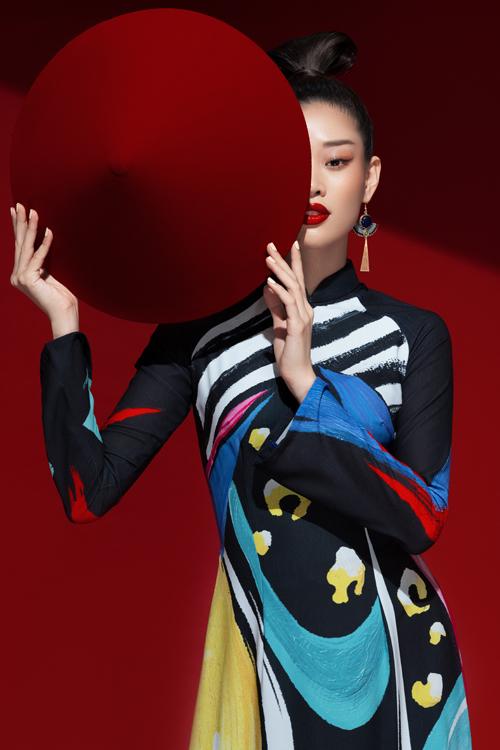 Lợi thế hình thể mảnh mai, khuôn mặt mang đậm vẻ đẹp Việt và thần thái cuốn hút của Khánh Vân giúp áo dài Liên Hương thêm phần cuốn hút.