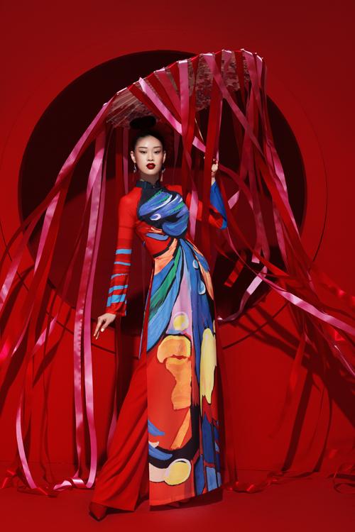 Sau nửa năm, làng thời trang Việt khá ảm đạm bởi dịch Covid-19, Liên Hương chọn những tông màu tươi sáng như đỏ, cam, vàng, xanh dương để mang tới sự hứng khởi, tràn đầy năng lượng cho người phụ nữ hiện đại.
