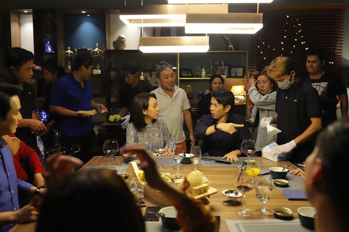 Đạo diễn Nguyễn Quang Dũng (áo trắng) chỉ đạo diễn xuất cho Thu Trang và Thái Hòa.