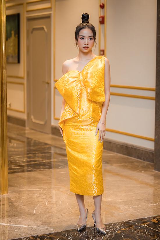 Á hậu Thuý An nổi bật với váy vàng rực.