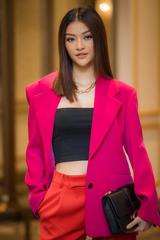 Á hậu Kiều Loan khoe vẻ cá tính khi kết hợp vest hồng với áo cúp ngực và quần ống suông. Bên cạnh dự sự kiện với tư cách á hậu, cô còn lấn sân ca hát với nghệ danh Lona trong chương trình King of Rap.