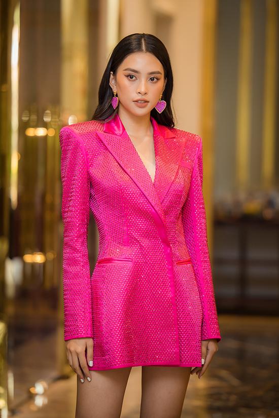 Hoa hậu Việt Nam 2018 nổi bật khi diện mốt không nội y với vest hồng neon đính sequins. Cô đồng hành với 60 thí sinh của vòng bán kết Hoa hậu Việt Nam 2020 trong suốt quá trình luyện tập.