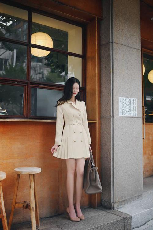 Dress blazer với những biến tấu nhẹ nhàng vừa tôn nét trang nhã vừa tăng nét trẻ trung cho hội chị em công sở. Vào mùa hè, váy vest thường được thiết kế trên các chất liệu kaki, tweed dày dặn.