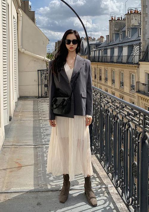 Khi đi làm vào những ngày cuối tuần, các nàng có thể giúp mình trẻ trung và cá tính hơn khi sử dụng áo blazer dáng rộng cùng váy vintage gam trắng nhẹ nhàng.