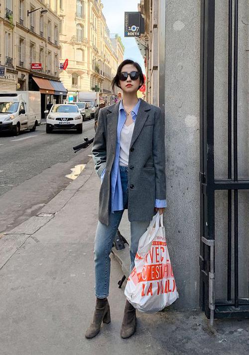 Những cô nàng yêu phong cách menswear thì blazer, sơ mi, jeans và bốt cổ thấp luôn là những món đồ thích hợp để tạo nên set đồ tiện lợi.