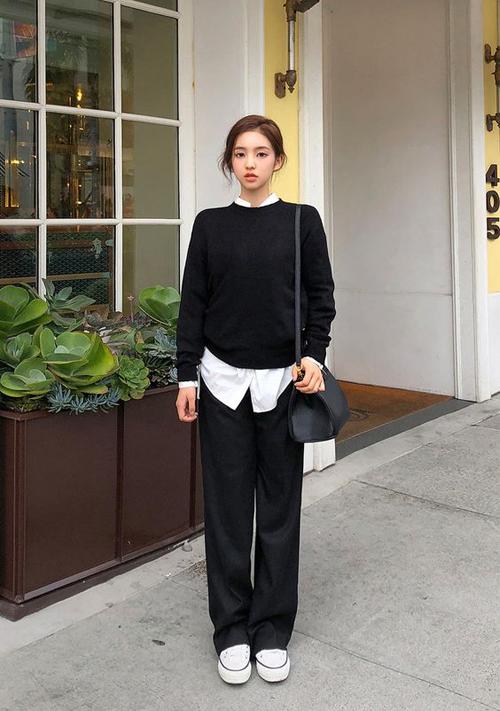 Set đồ thu đông cho các nàng mê màu đơn sắc trắng và đen. Trang phục này dễ dàng sử dụng đi làm và tiện lợi chưng diện khi dạo phố hay hẹn hò cafe cùng bạn bè.