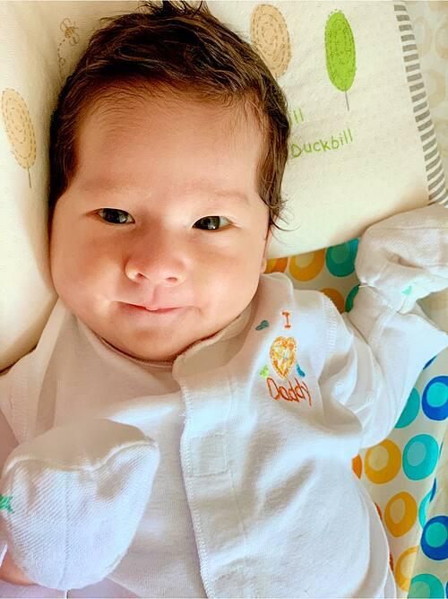 Con trai lai Tây của MC Hoàng Oanh môi chúm chím, đôi mắt được nhận xét giống mẹ.