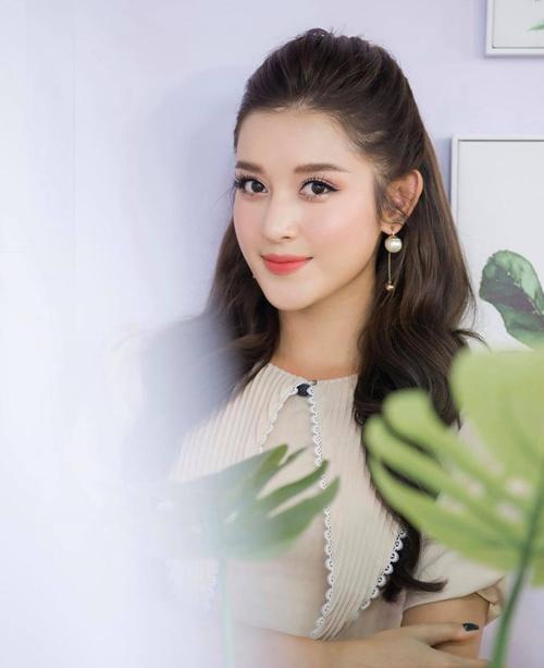Khi sử dụng các mẫu hoa tai ngọc trai to bản, bạn gái có thể làm tóc búi cao hoặc tóc uốn xoăn tự nhiên và búi nửa đầu điệu đà để khoe khéo phụ kiện.
