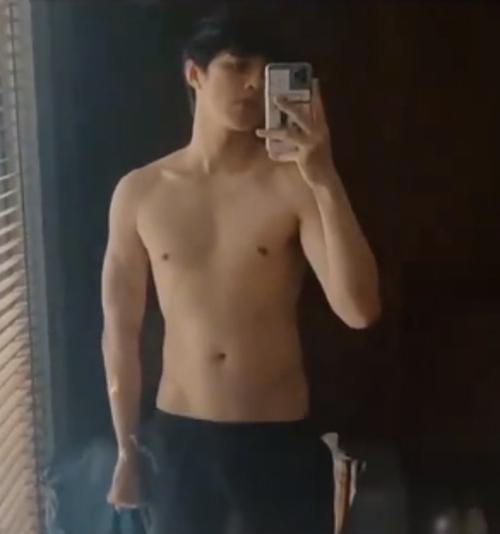 Noo Phước Thịnh khoe body trước gương và tiết lộ bị giảm cân sau một trận ốm.