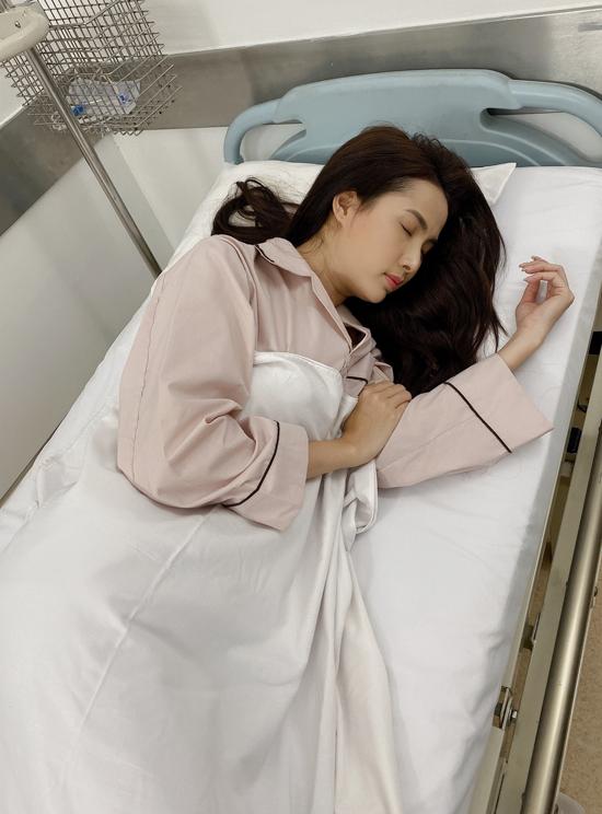 Bị cảm lạnh sau cảnh dầm mình dưới nước trong đêm Phan Thị Mơ phải nhập viện. Người đẹp hy vọng công sức của mình và đoàn phim sẽ thu lại kết quả xứng đáng là một tác phẩm điện ảnh chất lượng.
