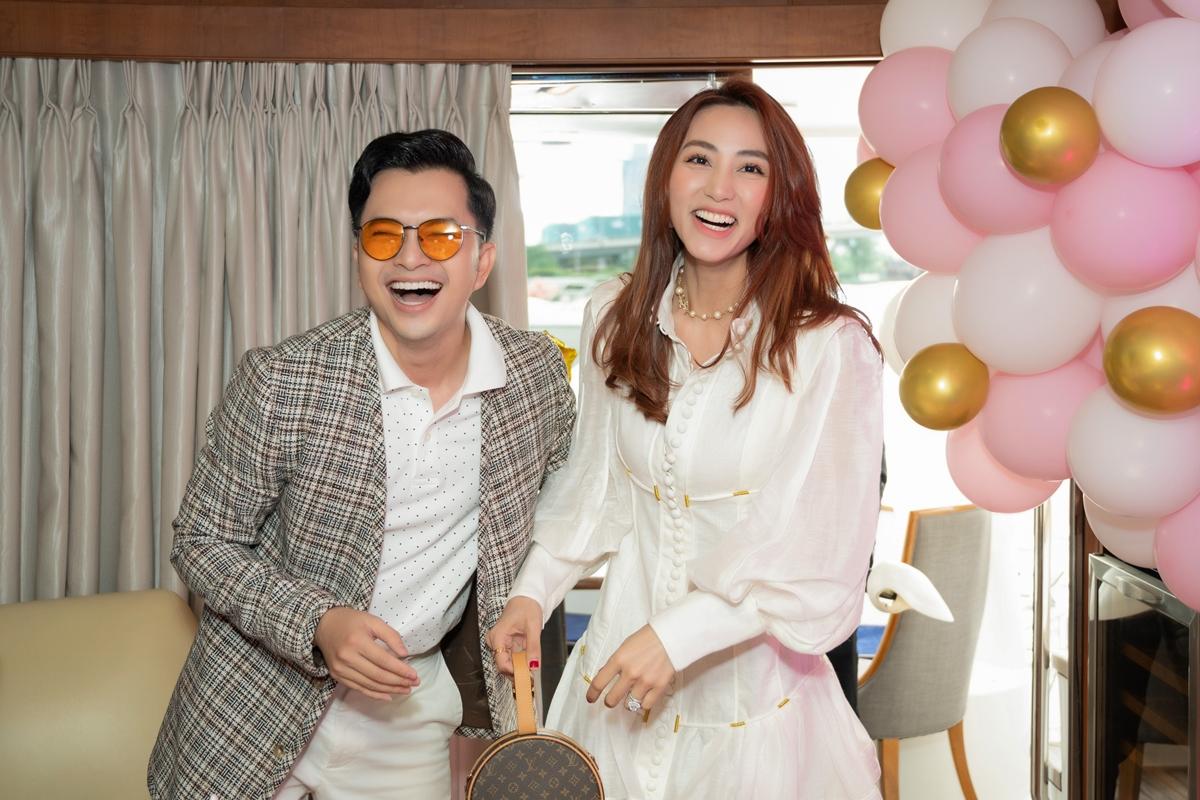 Nam Cường cũng dành thời gian đến mừng tuổi mới với Ngân Khánh.