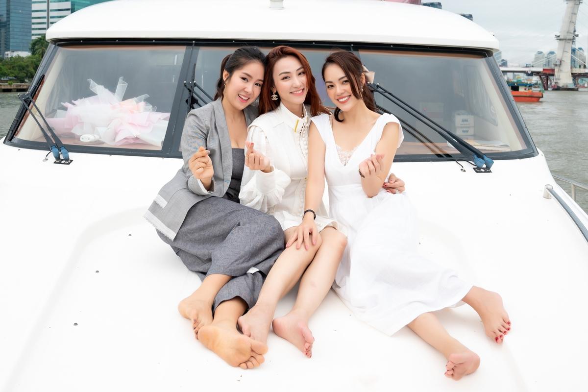 Ngân Khánh có tình bạn gắn bó với Lê Phương, Dương Cẩm Lynh. Họ thường đi du lịch, ăn uống và chia sẻ vui buồn cuộc sống.
