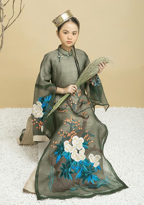 Những họa tiết thêu tay tỉ mỉ đậm chất phương Đông cũng là điểm nhấn của loạt trang phục.