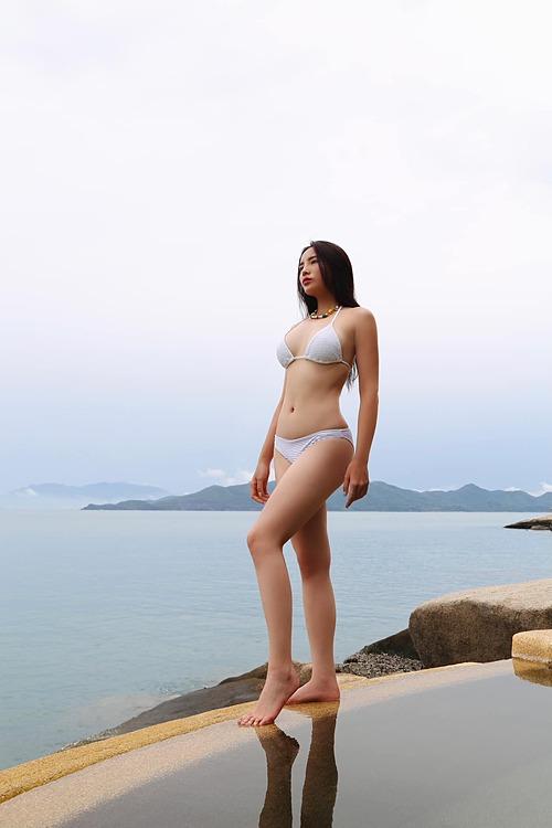 Hoa hậu Kỳ Duyên khoe dáng với bikini trên biển.