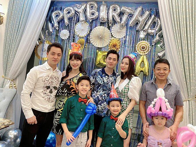Buổi tiệc sinh nhật của Đăng Anh không thể thiếu những người thân trong gia đình là ông nội và gia đình chú.