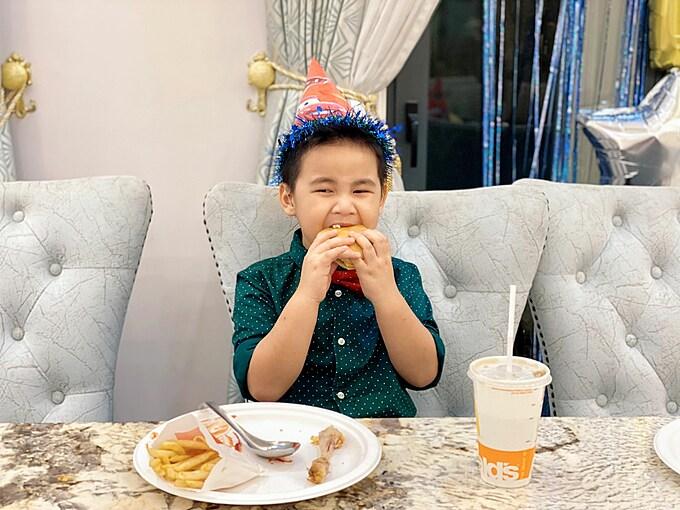 Cậu bé có nết ăn tốt và luôn cảm thấy ngon miệng với tất cả các món ăn. Thủy Anh cho biết vì thế cô cũng không quá vất vả trong lần thứ hai làm mẹ, không phải ép con ăn như với cậu con trai đầu lòng - bé Ken.