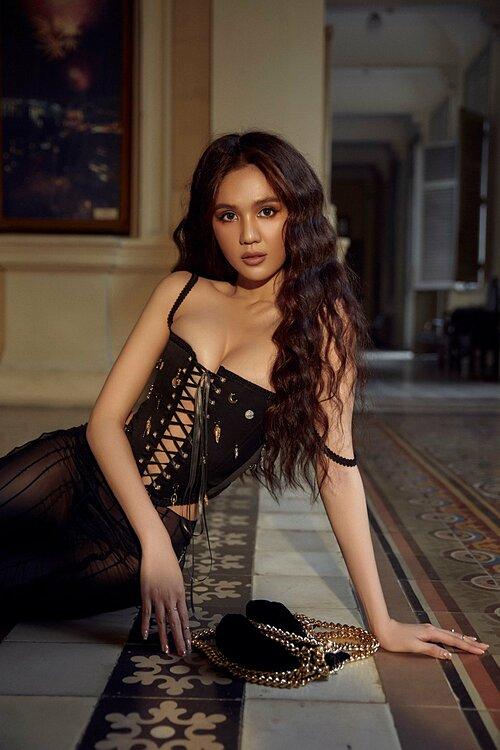 Áo corset cùng quần có chất liệu xuyên thấu giúp Ngọc Trinh phô hình thể gợi cảm. Tuy vậy fan cho rằng cô o ép vòng một đến bức thở.