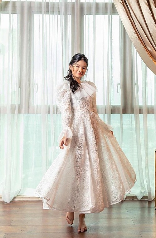Con gái Trương Ngọc Ánh sở hữu chiều cao vượt trội.