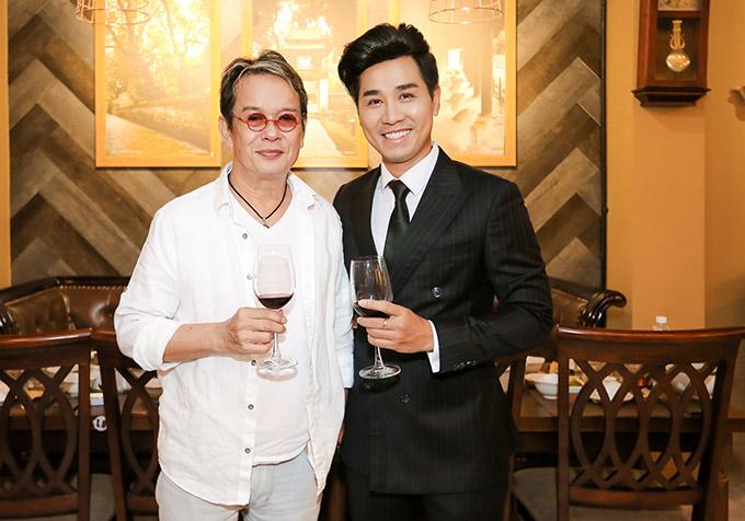 Đức Huy đến ủng hộ Nguyên Khang mở nhà hàng chả cá thứ hai tại TP HCM. Ở tuổi 73 nhạc sĩ khiến đàn em ngưỡng mộ vì ông vẫn còn rất trẻ trung, phong độ.