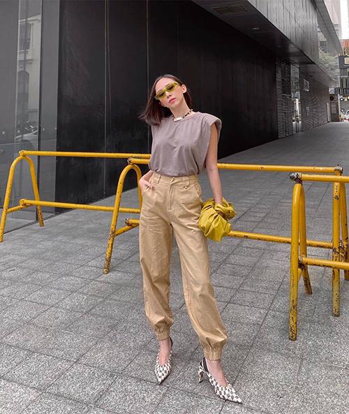 Tóc Tiên là một cô nàng yêu sự phá cách và luôn thể hiện sự nổi loạn trong cách mix-match. Vì thế nữ ca sĩ cũng không bỏ lỡ trend diện áo vai thô.