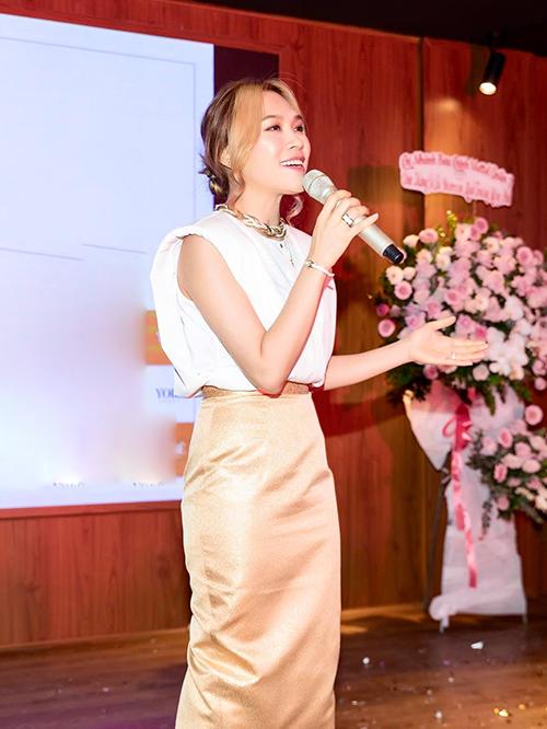 Áo thun kiểu dáng hot trend được Mỹ Tâm mix ăn ý cùng chân váy bút chì. Phong cách thời trang của nữ ca sĩ nhận được nhiều lời khen ngợi từ fan.