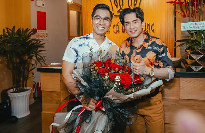 Ca sĩ Đan Trường ôm hoa tới mừng Nguyên Khang khai trương cơ sở kinh doanh mới.