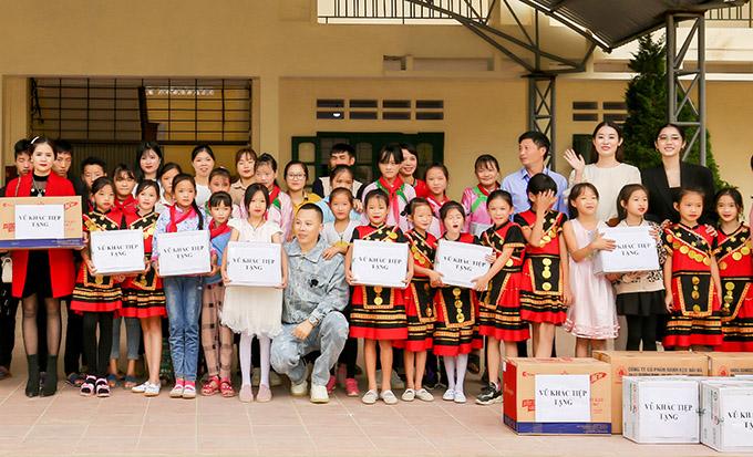 Vũ Khắc Tiệp tặng những phần quà thiết thực gồm áo ấm, nồi cơm điện để hỗ trợ học sinh trường Tả Van chuẩn bị đón mùa đông.
