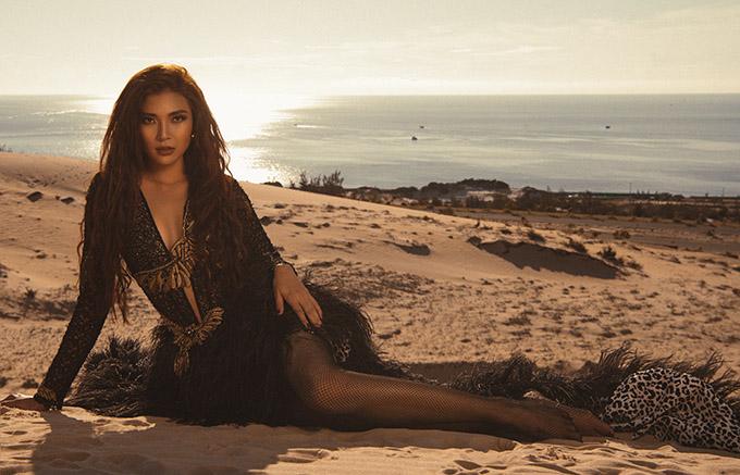 Nữ diễn viên trông hoang dã pha chút bí ẩn với váy ren lông vũ gam đen. Nhờ chụp ảnh vào sáng sớm, đồi cát còn vắng người, Thuý Diễm thoải mái tạo dáng, ghi lại những khoảnh khắc đẹp.