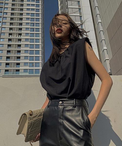 Phí Phương Anh chọn quần da tiệp màu để phối cùng mẫu áo hot trend. Trang phục phù hợp với các bạn gái có bờ vai thon, vóc dáng mảnh mai.