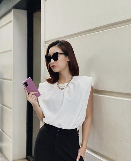 Hoa hậu Đỗ Mỹ Linh cũng chọn kiểu áo thun dáng sát nách và được trang trí cầu vai ấn tượng để làm mới phong cách thời trang cá nhân.