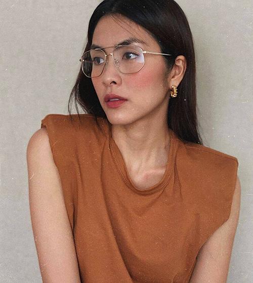 Ngọc nữ làng Tăng Thanh Hà cũng đổi gió cho phong cách cá nhân bằng việc chọn mẫu áo thun thời thượng để mix đồ.