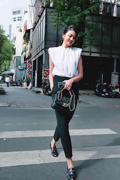 Áo thun độn vai mang lại hình ảnh phá cách được Thanh Hằng nhanh chóng cập nhật và giúp street style của cô nhận được nghìn like từ khán giả hâm mộ.