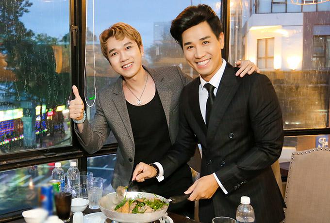 MC Minh Xù thích thú khi được đích thân ông chủ nhà hàng tiếp đón, hướng dẫn cách thưởng thức món chả cá chuẩn vị Hà Nội.