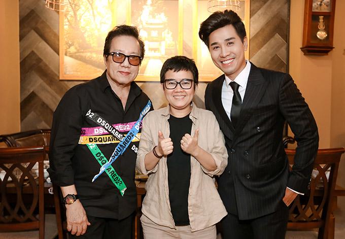 Ca sĩ Elvis Phương (ngoài cùng bên trái), nhạc sĩ Phương Uyên (giữa) rất thích món ăn ở đây và hứa sẽ trở lại ủng hộ Nguyên Khang thêm nhiều lần nữa.