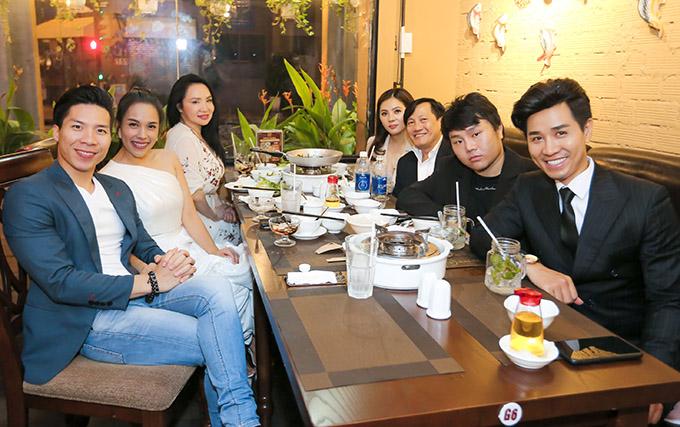 Vợ chồng nghệ sĩ xiếc Quốc Nghiệp (ngồi ngoài cùng bên trái) và nhiều bạn bè, cộng sự trong làng giải trí đến chung vui với Nguyên Khang.