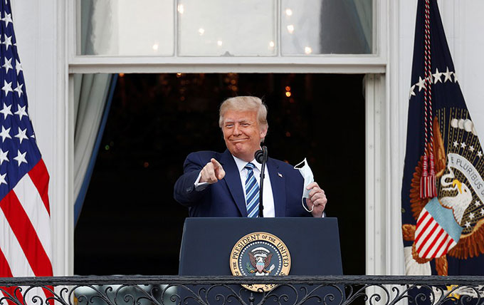Ông Trump cởi khẩu trang phát biểu trước hàng trăm người