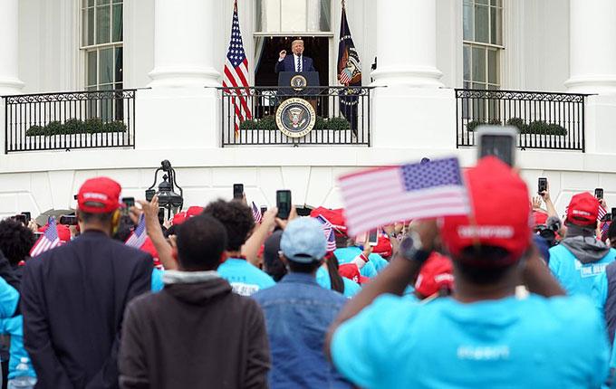 Ông Trump cởi khẩu trang phát biểu trước hàng trăm người - 4
