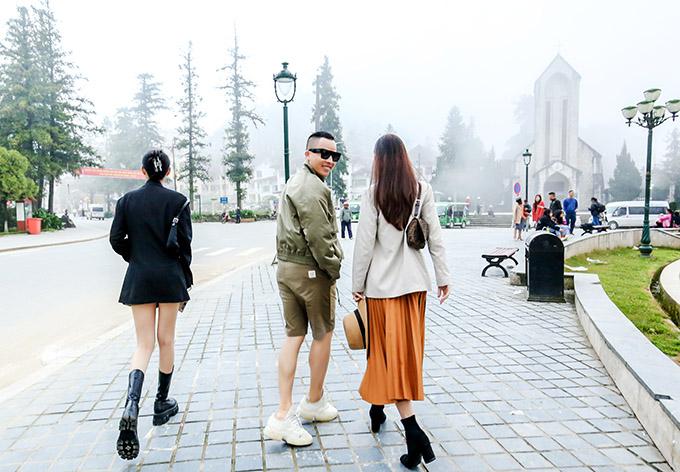 Anh thảnh thơi dạo chơi, ngắm cảnh Sapa trong sương mù bảng lảng cùng hai cô bạn thân.