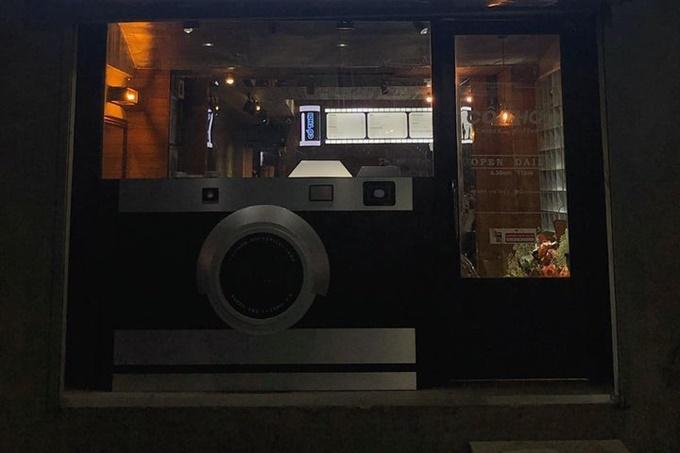 Nép trong con hẻm nhỏ trên đường Nguyễn Trãi, quận 1, tiệm cà phê trưng bày