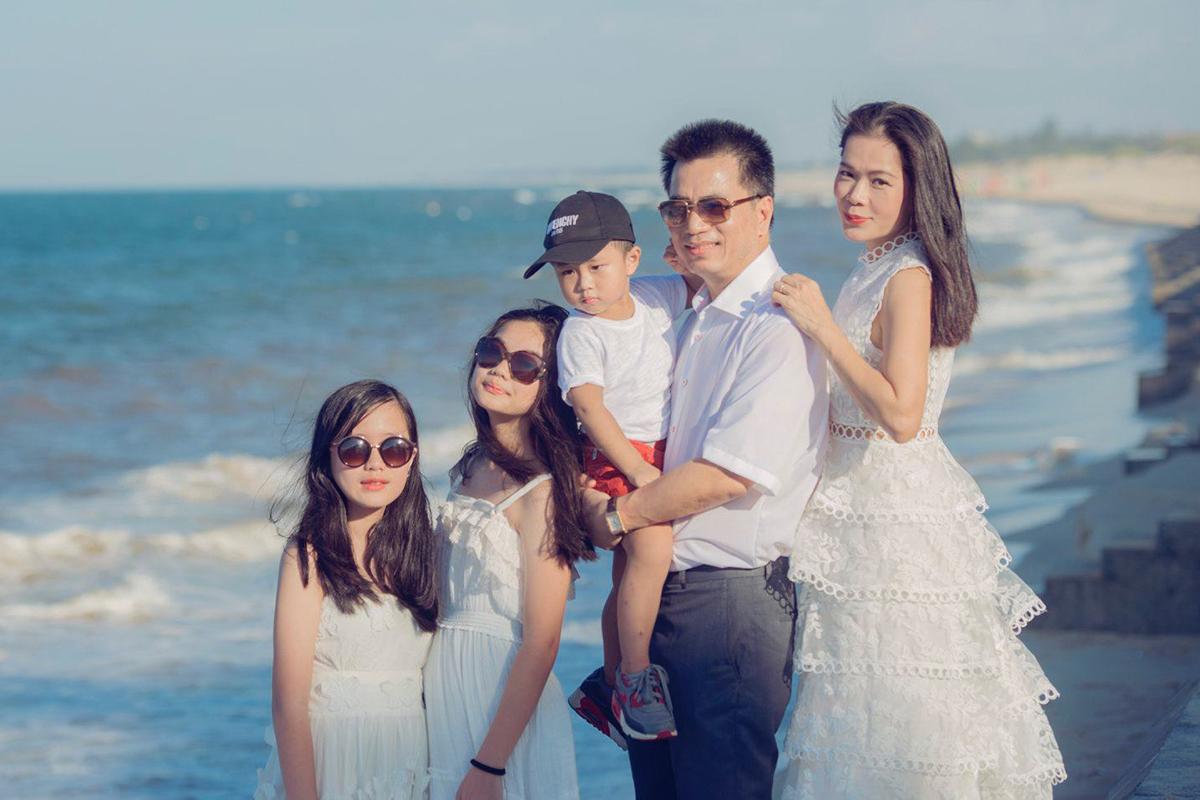Ở tuổi 48, Mỹ Lệ có cuộc sống hôn nhân viên mãn bên chồng và ba con.