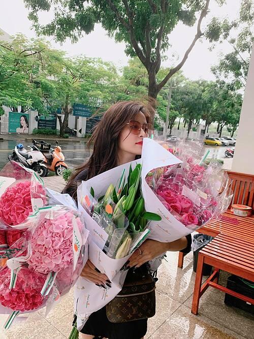 Ca sĩ Hoàng Thùy Linh khoe sắc bên hoa.