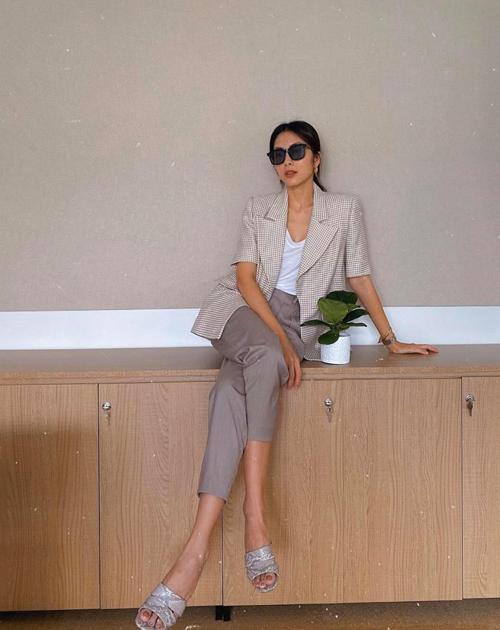 Set đồ mùa thu của Tăng Thanh Hà dễ áp dụng cho nhiều nàng công sở. Áo vest tay lửng được mix cùng quần âu ống côn, áo thun đơn sắc