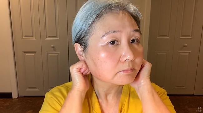 Beauty blogger 60 tuổi sở hữu làn da căng mịn, thách thức thời gian.