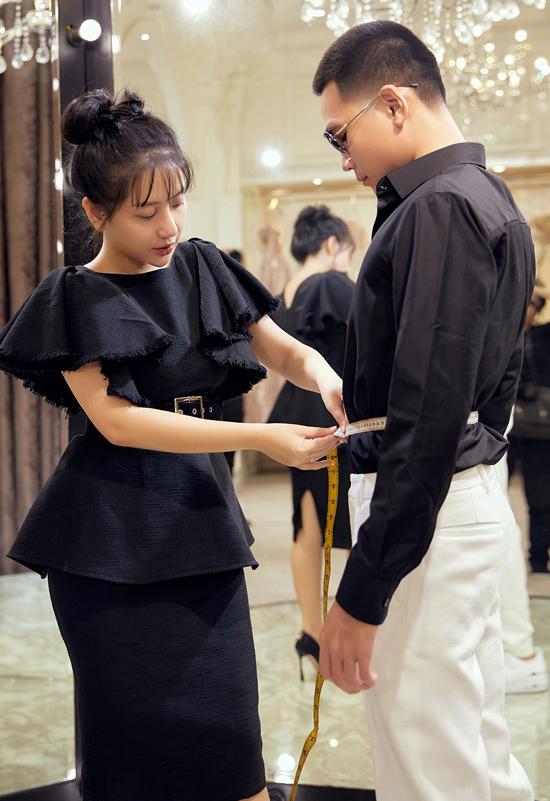 Phạm Đăng Anh Thư chăm chút trang phục cho rapper Wowy trước khi dự sự kiện thời trang hồi đầu tháng 10.