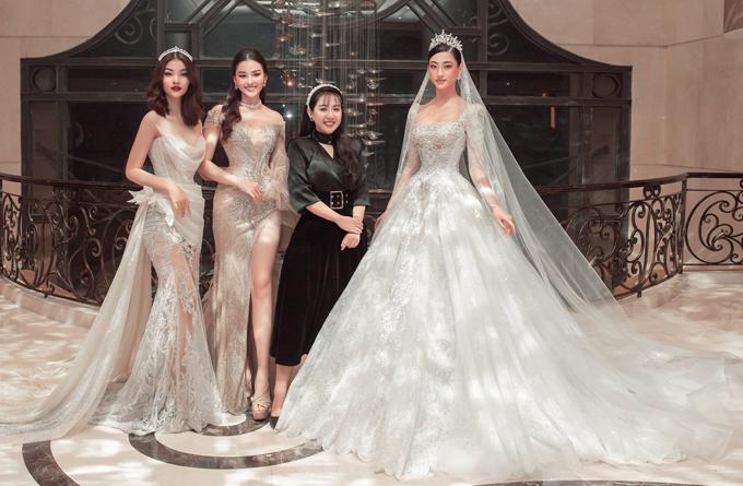 Nhà thiết kế là tác giả bộ váy công chúa tuyệt đẹp từng được hoa hậu Lương Thùy Linh (ngoài cùng bên phải) thể hiện, nhận nhiều lời khen của công chúng.